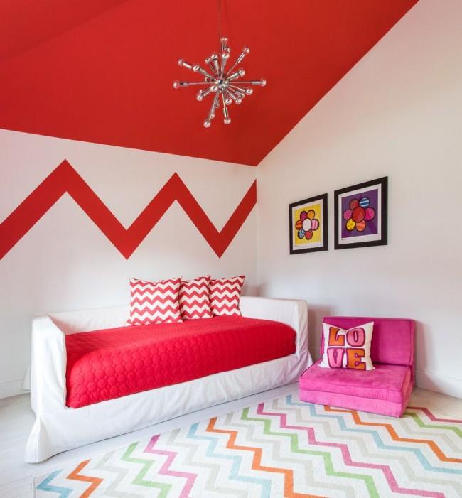 Яркий мягкий диванчик для отдыха в контрастной детской комнате