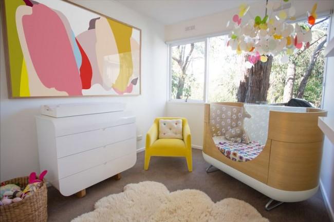 Хорошо освещенная комната с колыбелью для самых маленьких