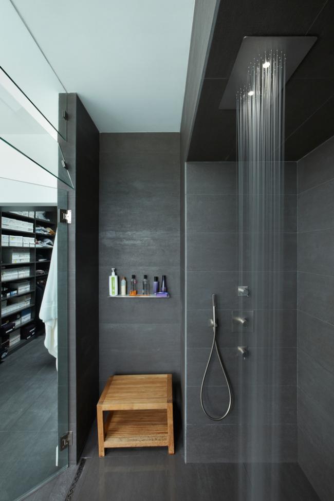 Для душевой кабины в ванной комнате небольших размеров лучше выбрать прозрачные стеклянные двери