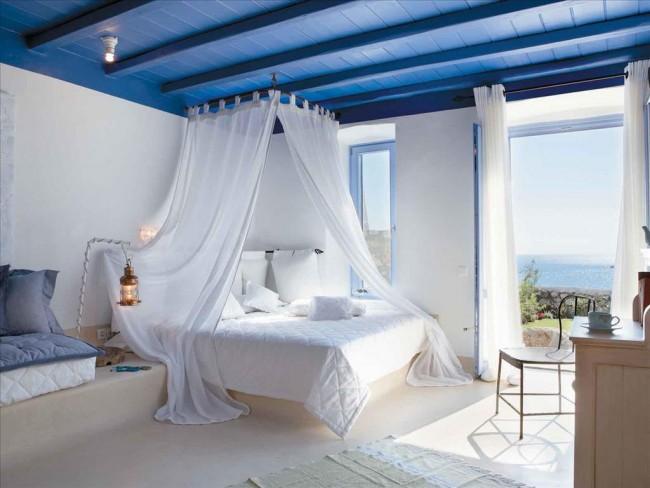 """Светлая спальня с контрастным крашеным """"морским"""" потолком"""