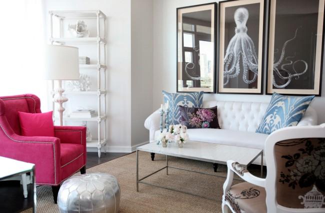 Белоснежная гостиная с яркими морскими акцентами и модульной картиной с осьминогом, точно так же любимым и в стилях стимпанк и готика