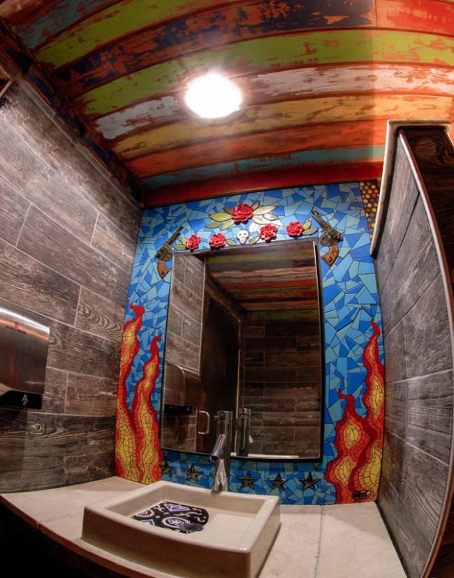 Уникальная ванная комната, украшенная бунтарским мозаичным сюжетом