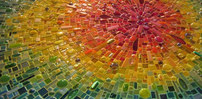 Радиальный радужный сюжет из кусочков мозаики и стекла разных размеров и форм