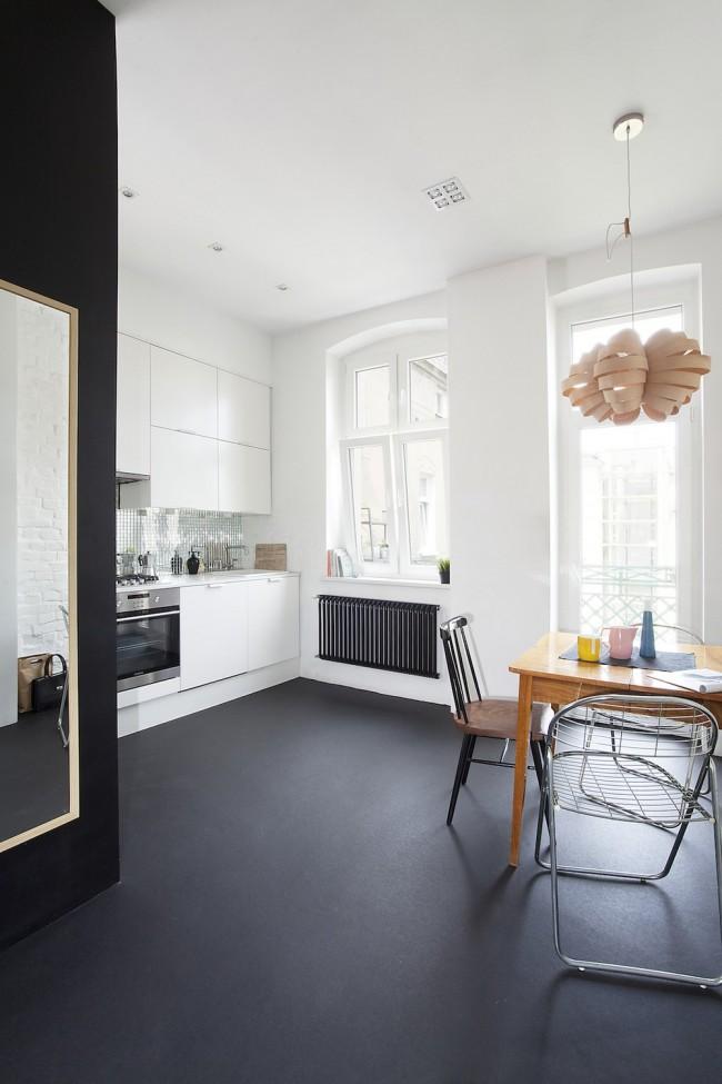 Темный бесшовный пол в контрастной белой кухне