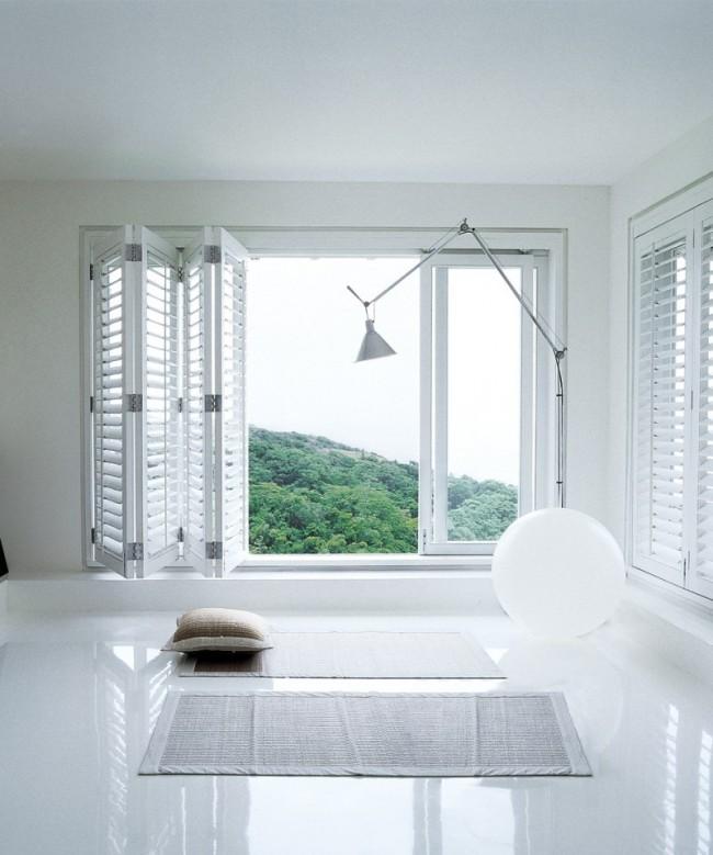 Белоснежная комната с отражающим свет напольным покрытием