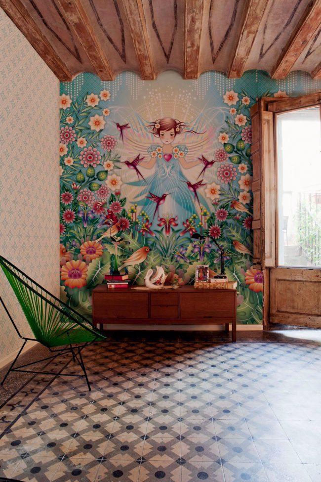 Яркая комната для подростка с позитивными фотообоями; другая же стена - с малозаметным за счет яркого соседства рисунком