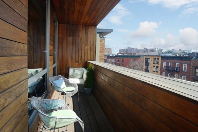 Отделка балконов внутри. Обшивка деревом в дизайне современной лоджии