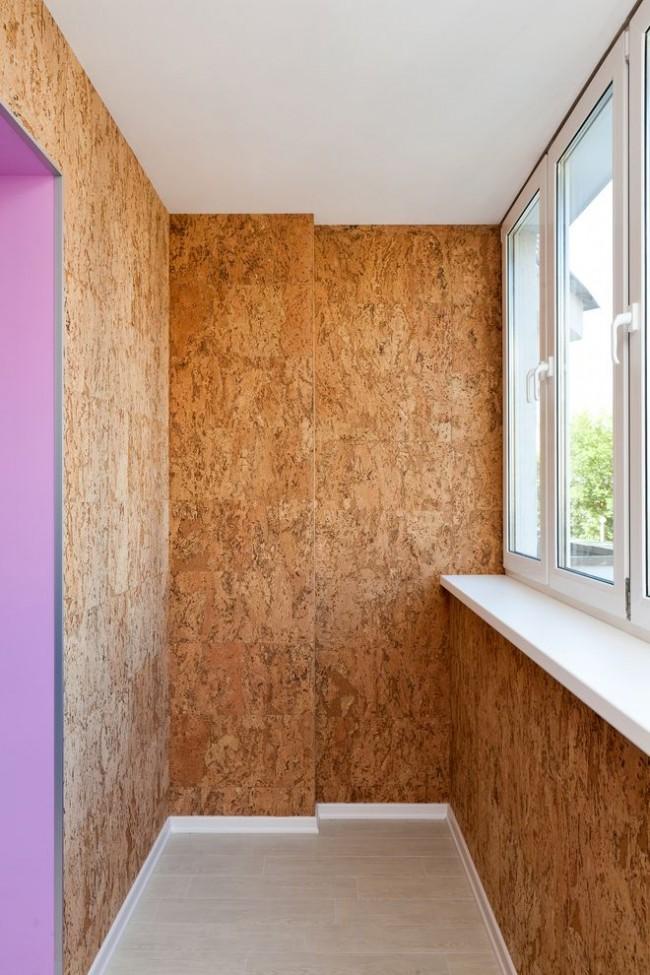 Использование шпона из пробкового дерева для отделки стен делает балкон теплым и уютным