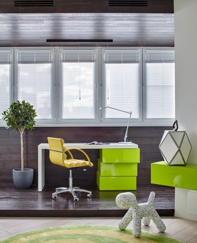 Удачное сочетание темно-коричневой отделки и салатовой мебели в дизайне совмещенного балкона
