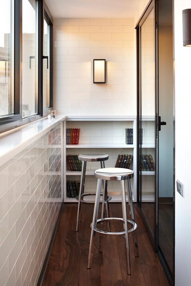 Белая плитка на стенах поможет сделать балкон визуально больше