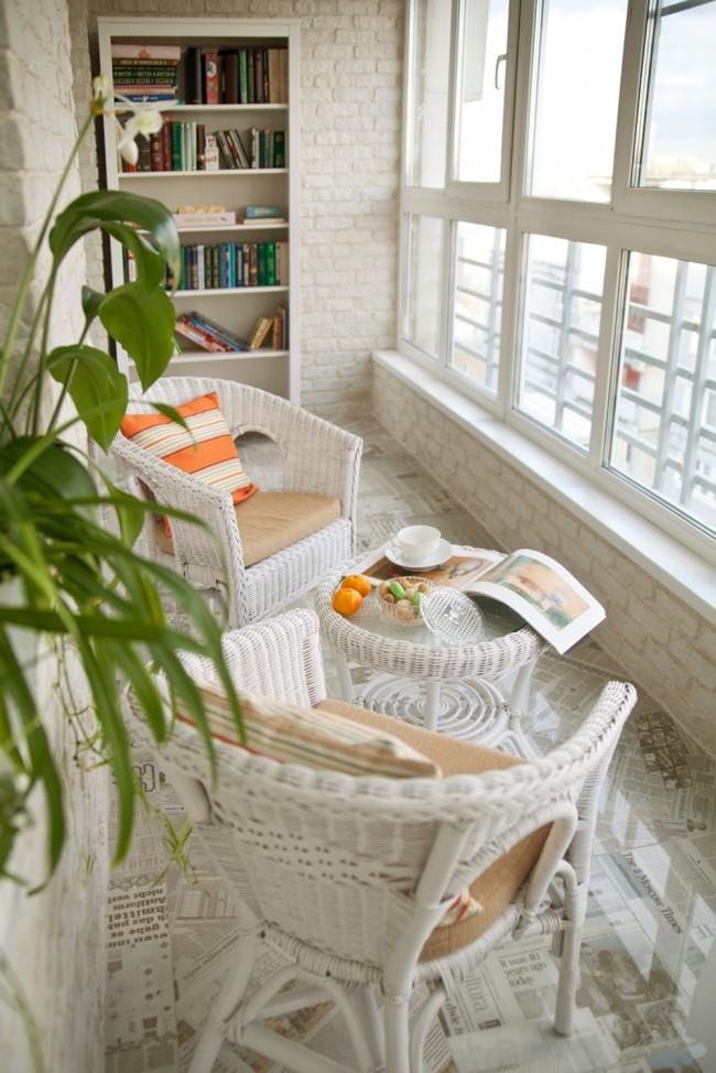 Кирпичная кладка красиво смотрится в интерьере балкона