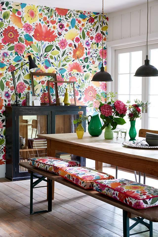 Жизнерадостная пестрая цветочная стена