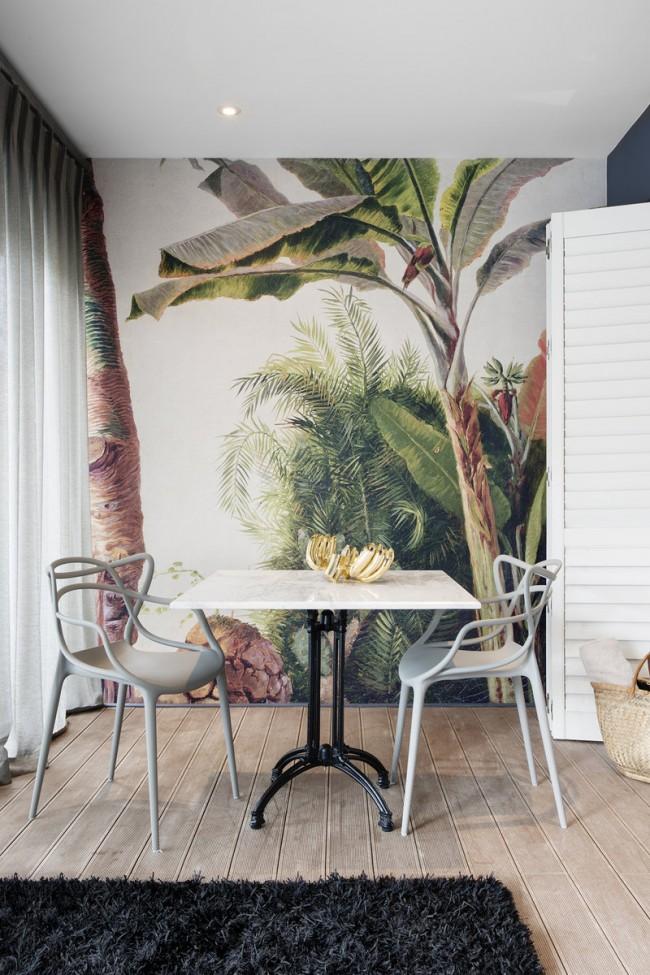Тропические растения на стене кухни