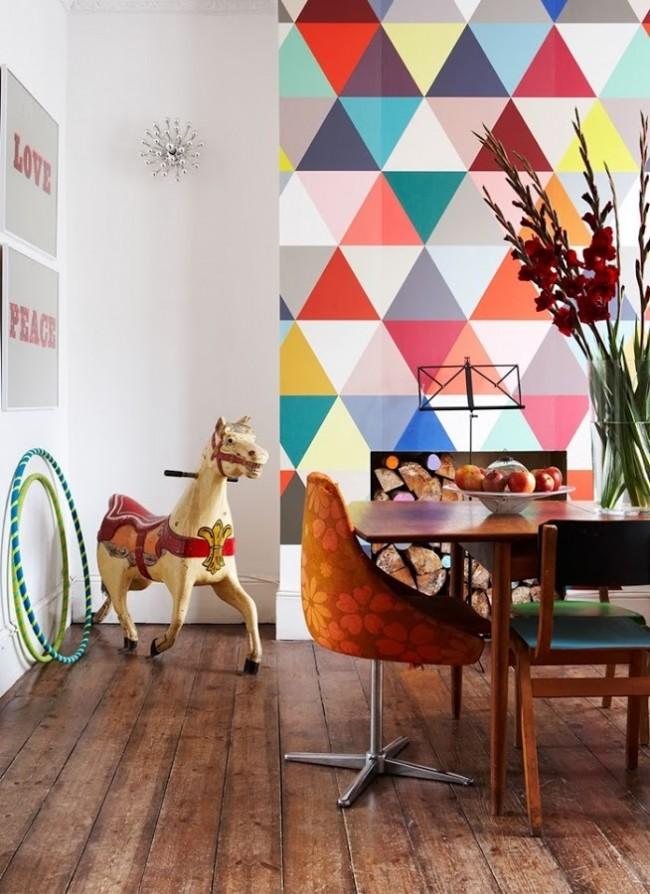 """Геометрия и насыщенные """"пластмассовые"""" цвета, выделяющие часть стены"""
