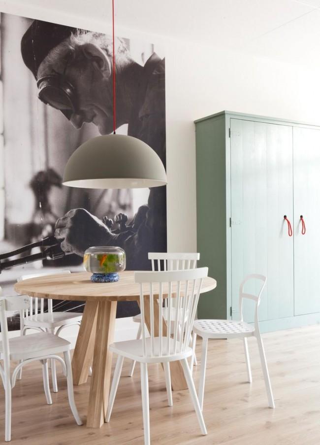 Увеличенное ретро - фото на акцентной стене в кухне
