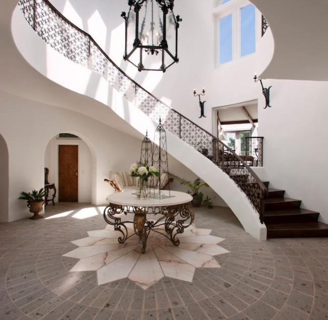 Большой холл не потеряет домашнего уюта, если подобрать теплые тона расцветок плитки