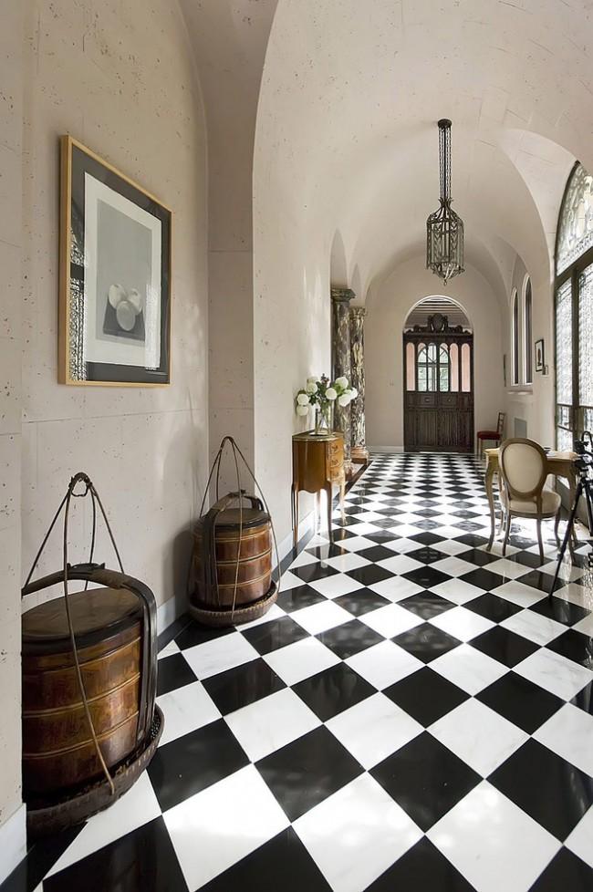 Шахматное напольное покрытие в длинном коридоре