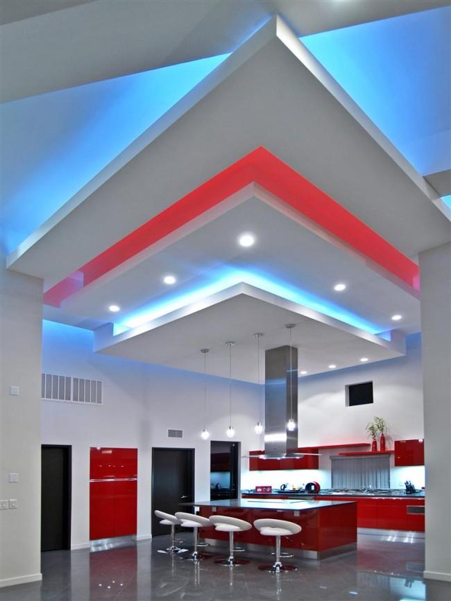 Эффектный комбинированный многоуровневый потолок в интерьере стиля хай-тек