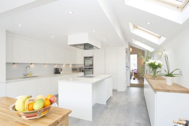 Скошенный потолок на кухне в стиле минимализм