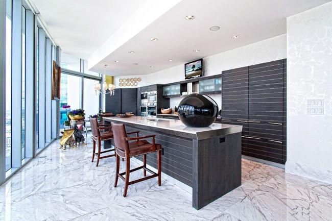 Двухуровневый гипсокартонный потолок в интерьере стильной кухни нестандартной планировки