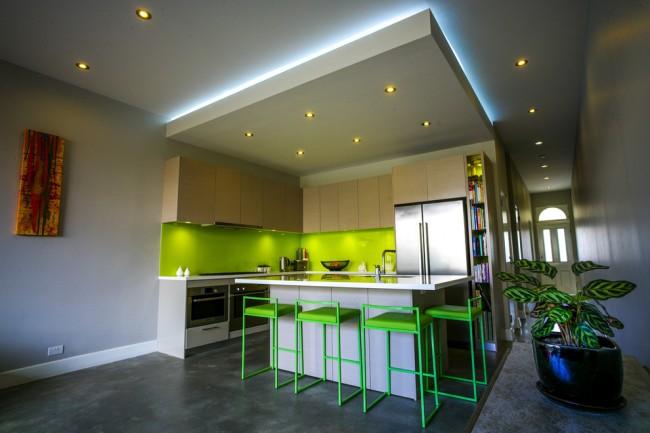 Модное и востребованное решение для кухни: лаймовый цвет плюс древесные полированные поверхности