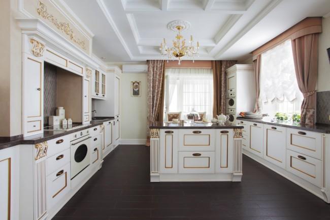 Потолок из гипсокартона отлично подойдет и для интерьера в стиле классика