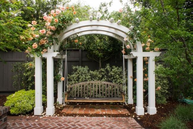 Садовые качели в тихом уголке, обвитые ароматной розой: здесь можно расслабиться и подумать о чем-то приятном