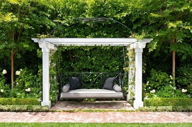 Классические садовые виды в беседках с колоннами выглядят и представительно, и ностальгично