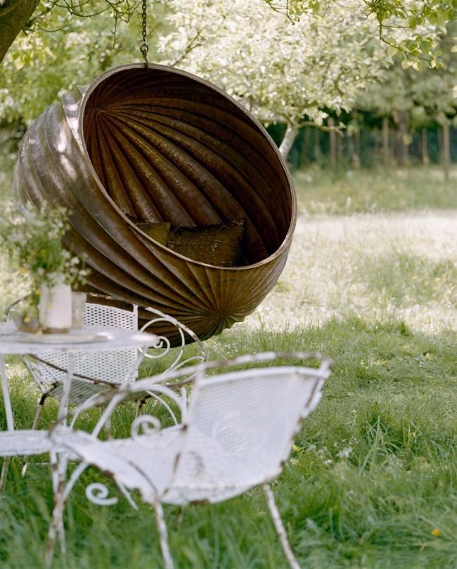 Вместительная необычная металлическая качель, в которой можно позволить себе отдыхать и лежа