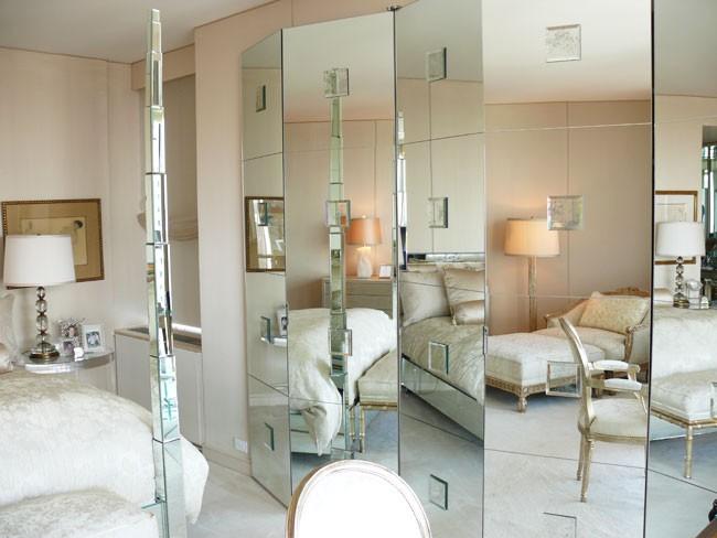 Зеркальная ширма подойдет для маленькой комнаты, тем самым увеличит пространство