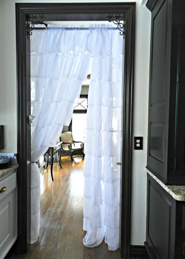 Оригинальная штора с рюшами, отделяющая кухню от гостиной