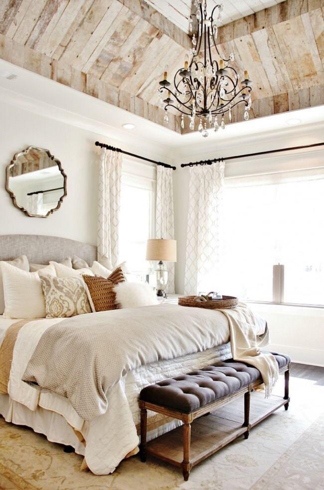 Сводчатый деревянный потолок и белые стены
