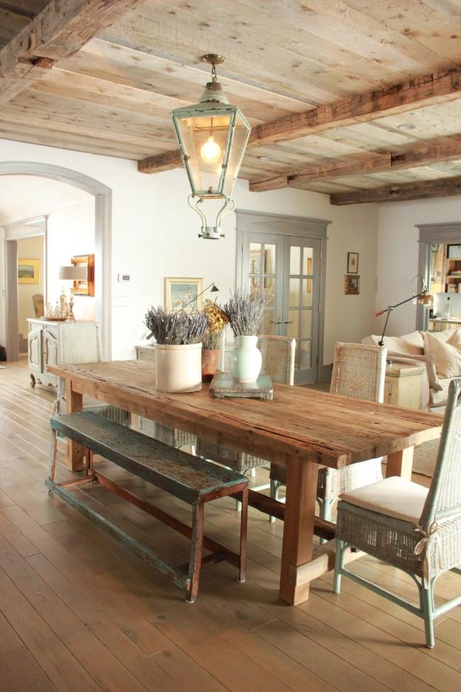 Великолепная столовая в стиле прованс с декором в виде засушенных цветов лаванды