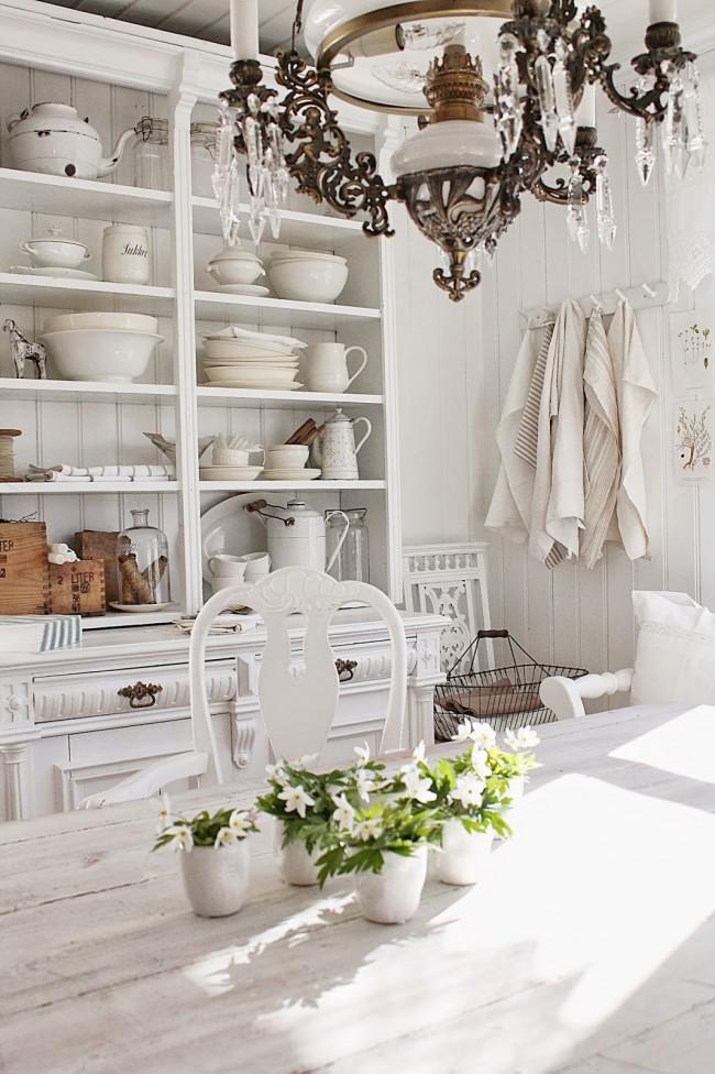 Белая состаренная мебель в дизайне кухни прованс