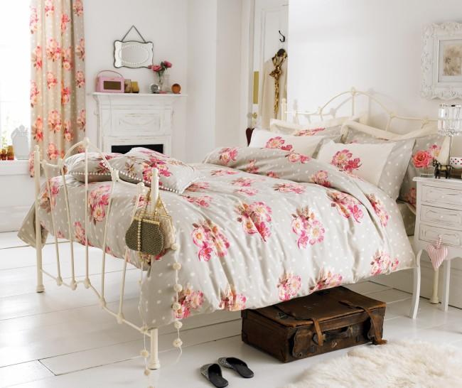 Эффектная кованая кровать в дизайне белой спальни