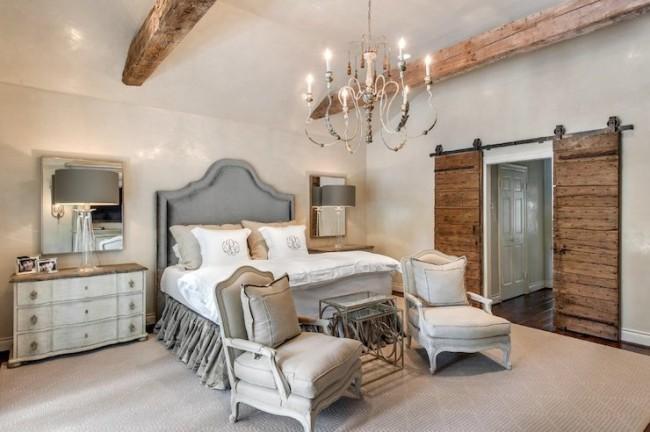 Деревянные балки на потолке в дизайне стиля прованс
