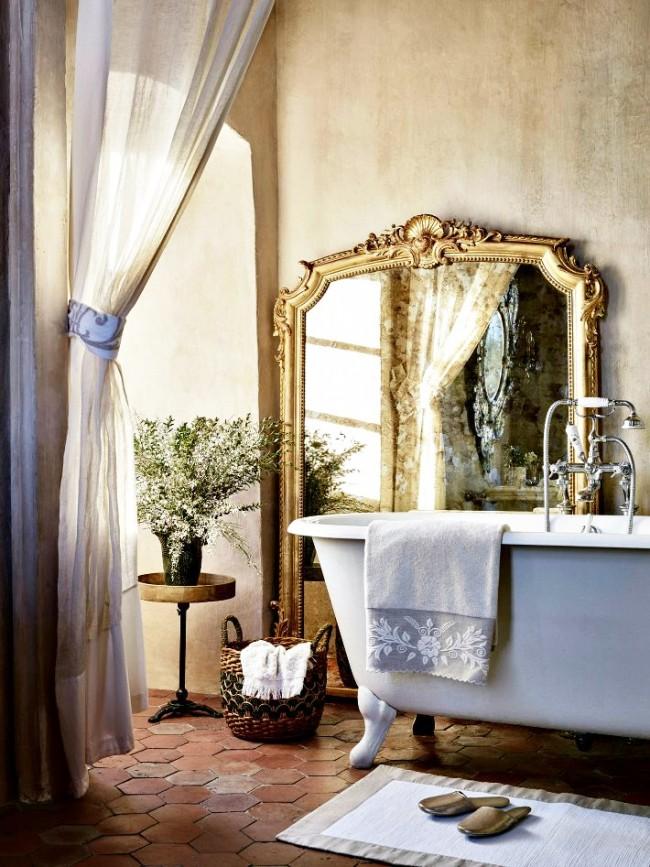 Стиль прованс в интерьере. Очаровательное сочетание: терракотовая плитка на полу, декоративная штукатурка, льняная штора и чугунная ванна на декоративных ножках