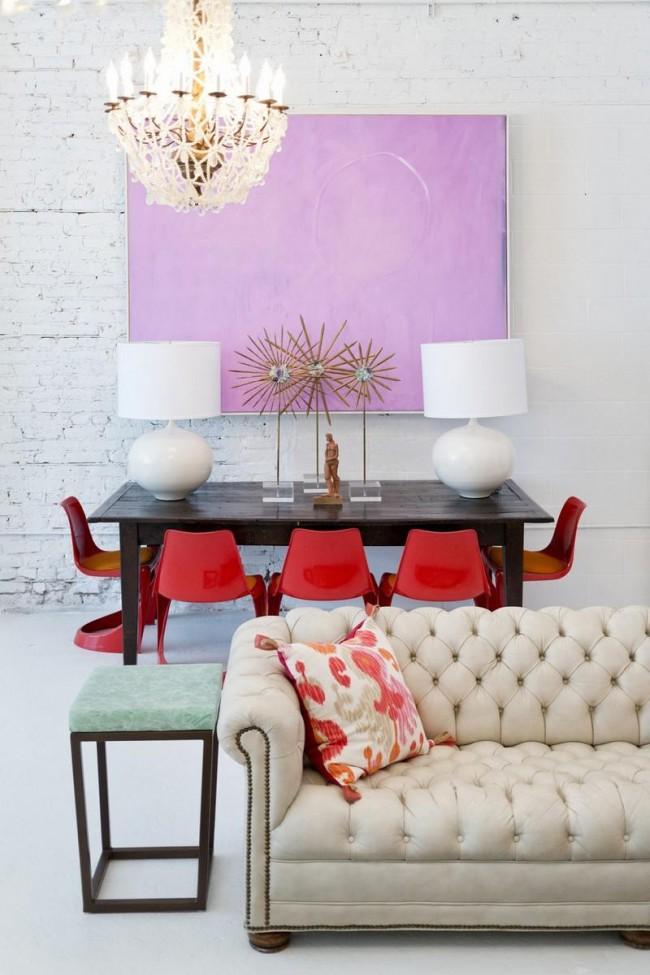 Красные пластиковые стулья и стол-венге