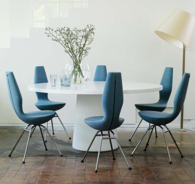 Голубая обивка стульев с застежкой-молнией сзади на спинках