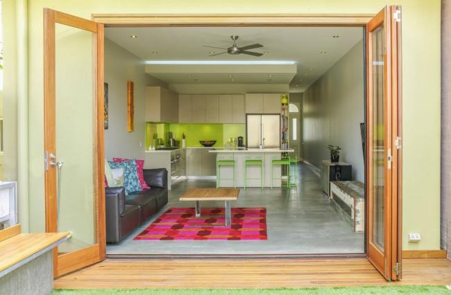 Очень сочные и свежие цвета в кухне-студии, совмещенной с гостинной