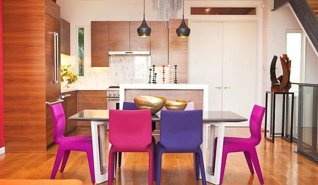Светлая кухня-студия с яркими стульями, которые являются главным акцентом комнаты. Обратите внимание, что большой стеклянный стол также поможет визуально увеличить пространство, придав ему легкости и воздушности