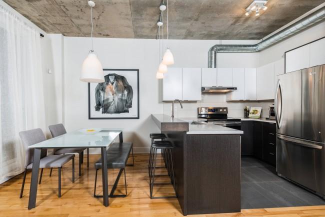 Даже небольшая барная стойка легко объединит кухонную и обеденную зоны маленькой кухни-студии