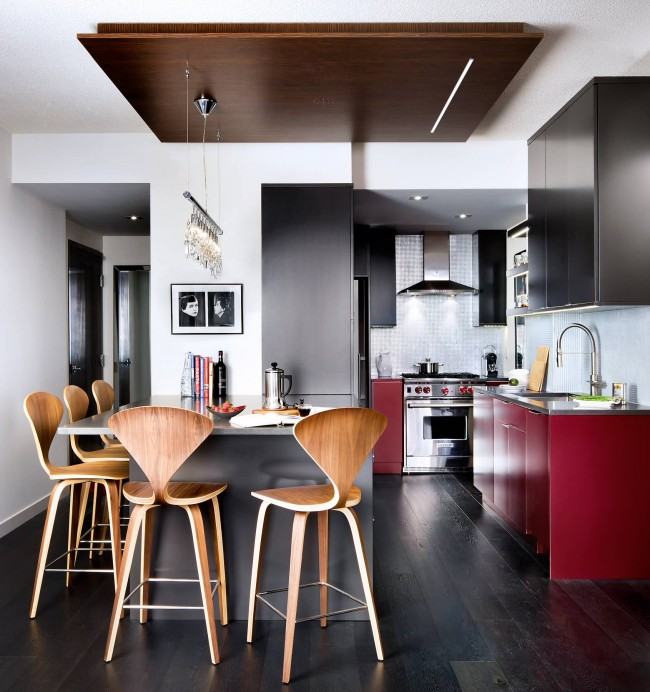 Уютная кухня-студия в небольшой квартире. Смелые и яркие красные акценты на элементах кухонного гарнитура выглядят очень органично в общем интерьере