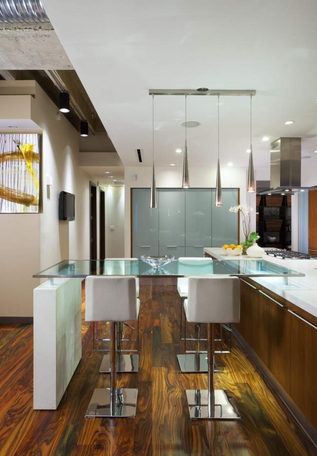 Стеклянный стол также поможет визуально облегчить пространство и придать ему легкости