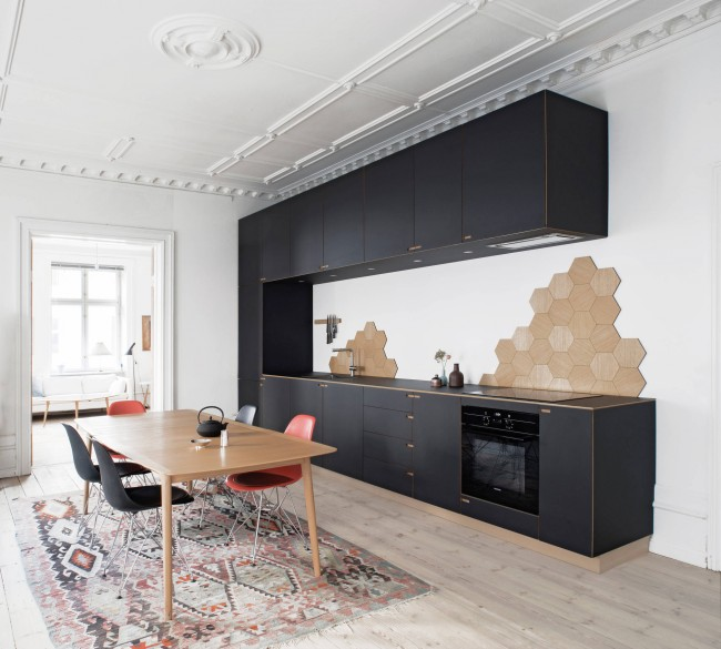 Светлые пол и стены в сочетании с темным кухонным гарнитуром придают легкости интерьеру, а небольшие акценты на элементах декора сделают комнату интересной и разнообразной