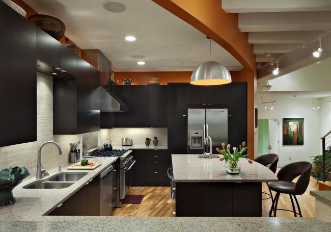 Точечное освещение, большая лампа над кухонным столом, а также подсветка по периметру всей рабочей зоны создаст максимально комфортные условия на вашей кухне-студии