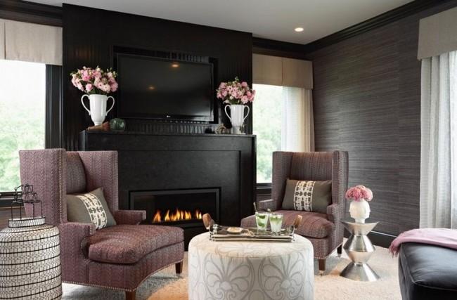 Не совсем обычный выбор антрацитовой расцветки для натуральных обоев в гостиной - смелое, но элегантное решение. Также можно использовать это покрытие в сочетании с молдингами, для единичных акцентов на более нейтральном фоне