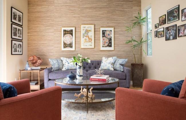 Обои из натуральных растительных волокон светлых спокойных тонов в небольшой гостиной