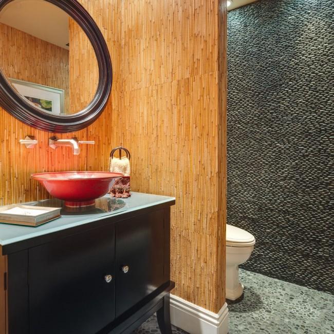 На стенах ванных комнатах в тропическом стиле особенно органично смотрятся натуральные бамбуковые покрытия