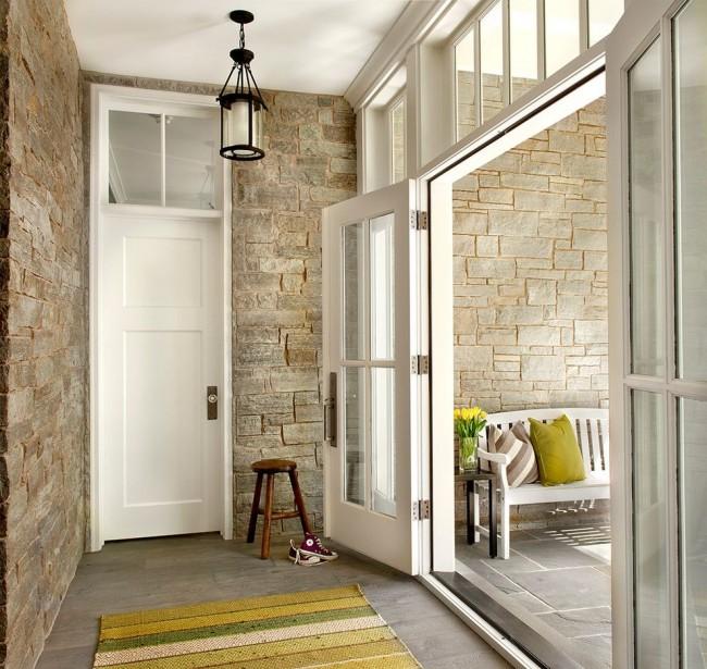 Каменные стены и белые двери - очень интересное и всегда свежо выглядящее сочетание